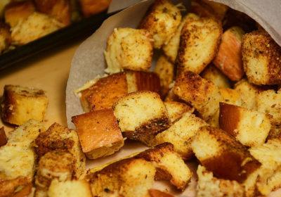 Домашние сухарики с сыром в духовке