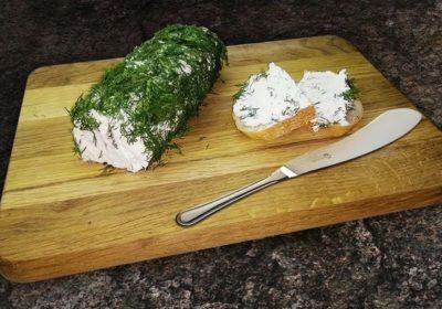 Мягкий сливочный сыр из замороженного кефира и зелени